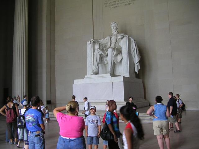 """Le Lincoln Memorial : la statue de marbre haute de six métres d"""" """"Honest Abe"""", le 16e Président des Etats-Unis, saisissante de vie, fait face au Monument de Washington,"""