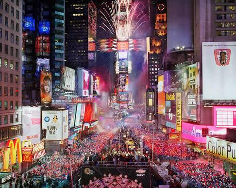 Chaque année à new york plus dun million de personnes se réunissent pour célébrer le réveillon du nouvel an sur times square