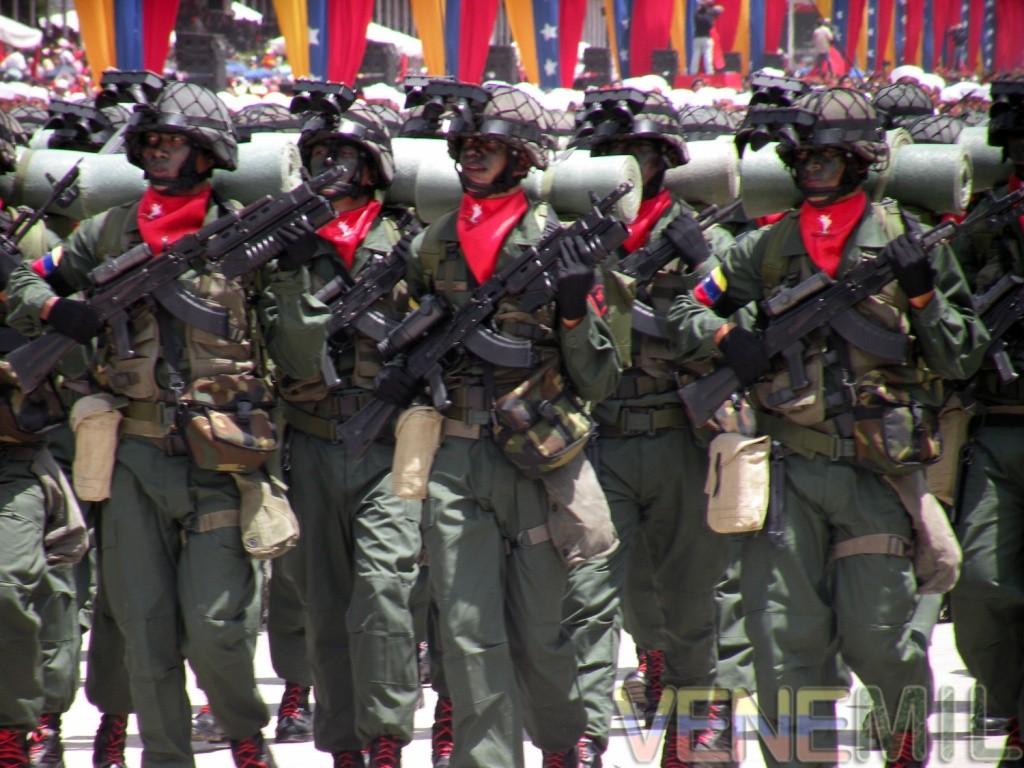 Resultado de imagen para SOLDADOS  VENEZOLANOS CON FUSILES RUSOS