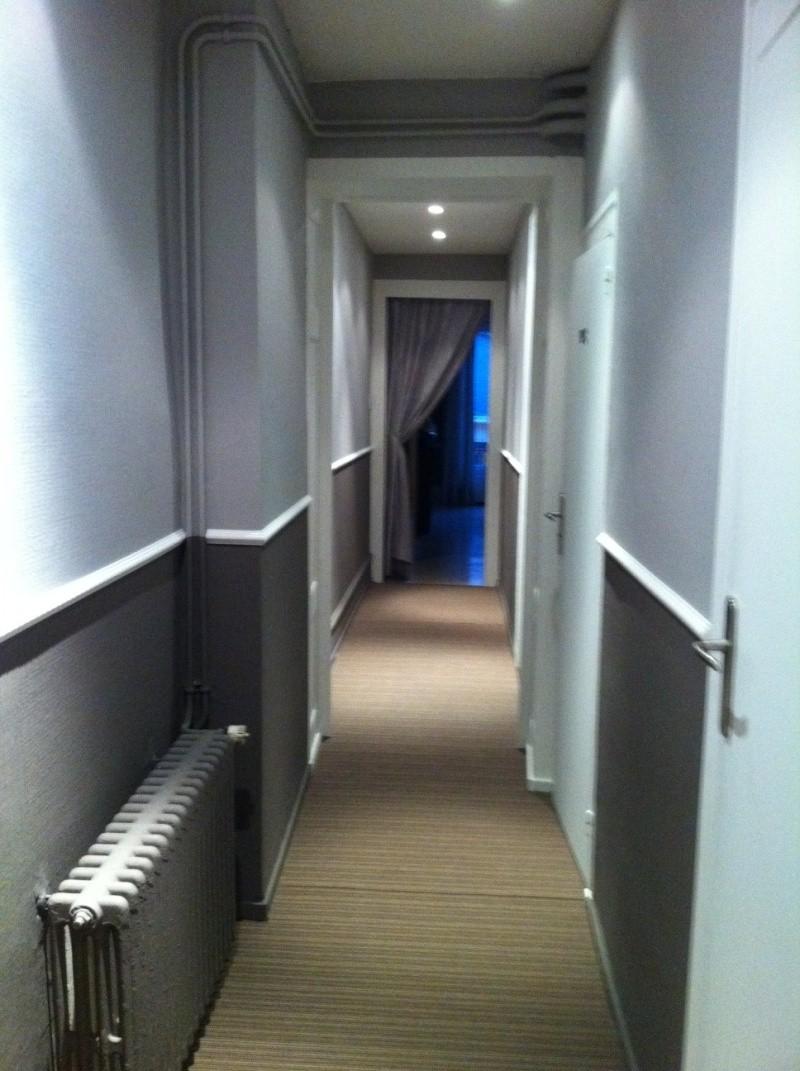 D fi rendre chaleureux un long couloir for Couloir blanc et gris